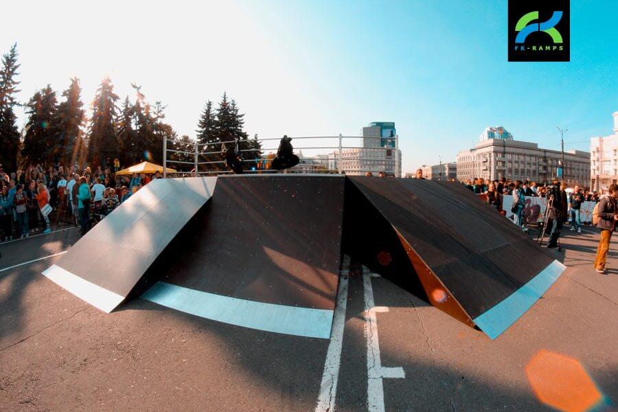 Деревянный скейт-парк у памятника Курчатову