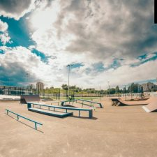 Деревянный скейт-парк у Ледового дворца Петербурга.