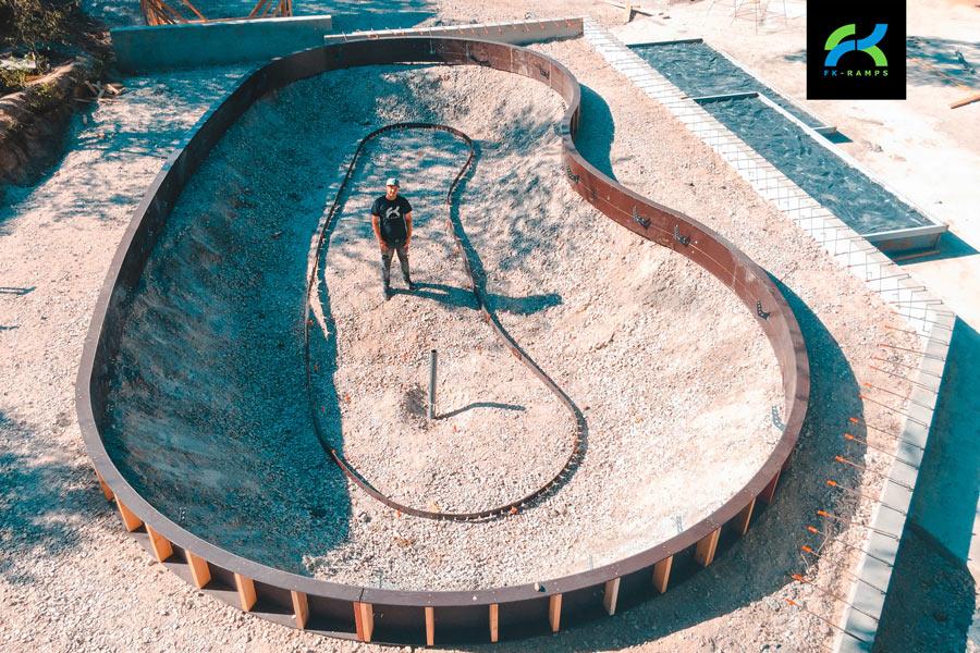Строительство большого бетонного скейтпарка