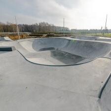 Бассейн для скейтбордистов в бетонном скейт парке