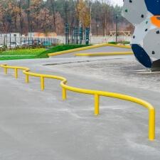 Снейк-рейл в бетонном скейт парке