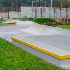 Грайндбокс в бетонном скейт парке