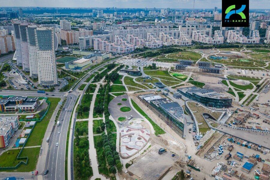 Скейтпарк на Ходынском поле у входа в станцию метро ЦСКА, Москва.