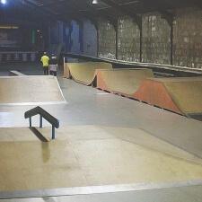 Крытый деревянный скейт парк