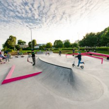 Рейл в бетонном скейт парке