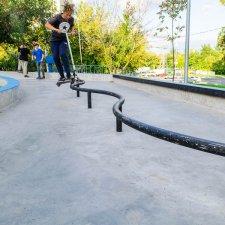 Змеевидный рейл в скейт парке