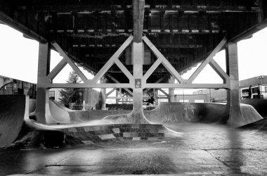 как создать общественное пространство под мостом