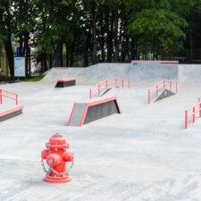 Бетонный скейт парк в парке Швейцария