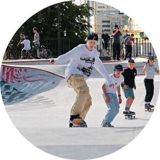 Бетонный скейтпарк под открытым небом