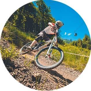 Специальные велотрассы для прогулок исоревнований— отличный вид сезонных активностей для горнолыжных трасс!